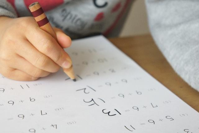自閉症の息子は支援学級が妥当だが、通常学級で勉強しています
